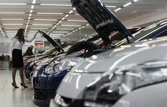 Автомобили Renault в салоне в Москве 6 февраля 2013 года. Продажи легковых автомобилей в РФ сократятся на 1,5-3 процента в 2013 году до 2,7 миллиона штук, говорится в обнародованном во вторник прогнозе компании PricewaterhouseCoopers. REUTERS/Maxim Shemetov
