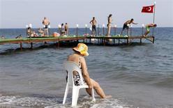 Туристы на берегу моря в городе Кючюккую в западной части Турция 7 августа 2010 года. Число россиян, посетивших Турцию в январе-июне 2013 года, выросло на 18,55 процента, составив 1,695 миллиона человек, говорится в материалах, опубликованных на сайте турецкого министерства культуры и туризма во вторник. REUTERS/Murad Sezer
