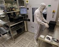 Usine Infineon à Regensburg, en Allemagne. Le fabricant de semi-conducteurs relève sa perspective de résultat et de chiffre d'affaires annuels après avoir fait état d'un bénéfice meilleur qu'attendu au titre du troisième trimestre de son exercice décalé. /Photo prise le 12 février 2013/REUTERS/Michael Dalder