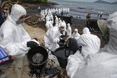 Soldados tailandeses trabalham em operação de limpeza na praia Ao Prao, na ilha de Koh Samet. Um vazamento de petróleo que deixou negras as praias da conhecida ilha tailandesa está tendo um forte impacto sobre o fluxo de turistas e pode se espalhar para a costa continental, afetando também a pesca, disseram autoridades e ambientalistas nesta terça-feira. 30/07/2013. REUTERS/Athit Perawongmetha