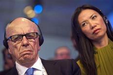 Chefe-executivo da News Corp, Rupert Murdoch, e sua mulher, Wendi Deng, durante conferência em Paris. Wendi trocou de advogados, indicando que o processo de divórcio do casal pode tomar um rumo amargo, informou o New York Times. 24/05/2011. REUTERS/Lionel Bonaventure/Pool
