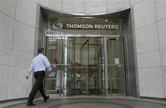 A worker enters the Thomson Reuters building in the Canary Wharf financial district of London August 6, 2009. REUTERS/Simon Newman
