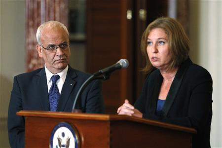 Chief Palestinian negotiator Saeb Erekat (L-R) and Israel's Justice Minister Tzipi Livni speak at a news conference at the end of talks at the State Department in Washington, July 30, 2013. REUTERS-Jonathan Ernst