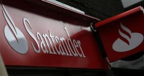 Placa do lado de fora de agência do Santander, em Wilmslow, norte da Inglaterra, 25 de abril de 2013. O Santander Brasil teve lucro recorrente acima do esperado pelo mercado no segundo trimestre, com resultado mostrando melhora nas perdas com empréstimo e crescimento de receitas com serviços e tarifas. 25/04/2013 REUTERS/Phil Noble