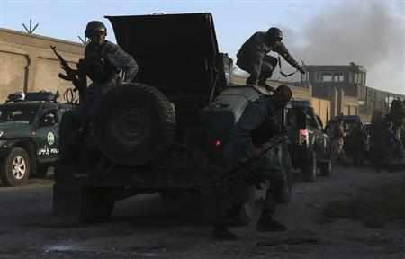 Afghan policemen arrive at the site of an attack in Kabul, July 2, 2013. REUTERS/Omar Sobhani