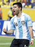 سيرجيو اجويرو مهاجم منتخب الارجنتين خلال مباراة أمام الاكوادور يوم 11 يونيو حزيران 2013 - رويترز