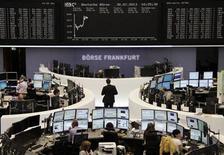 Помещение Франкфуртской фондовой биржи 30 июля 2013 года. Европейские акции растут после публикации отчета о розничных продажах в Германии, но инвесторы избегают крупных ставок в ожидании заявления ФРС. REUTERS/Remote/Stringer