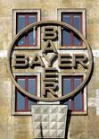 Логотип крупнейшей фармацевтической компании Германии Bayer AG на доме в Леверкузене 15 марта 2005 года. Bayer сохранила прогноз после хорошего квартала, однако отметила осложнение ситуации на рынке. REUTERS/Kirsten Neumann
