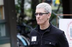 Le directeur général d'Apple Tim Cook et Xi Guohua, le président de China Mobile, premier opérateur mobile mondial par le nombre d'abonnés et seul opérateur chinois à ne pas proposer l'iPhone et l'iPad, ont discuté coopération mardi. /Photo prise le 11 juillet 2013/REUTERS/Rick Wilking