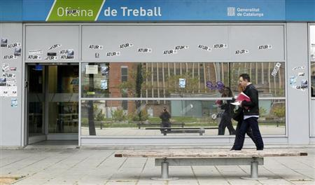 People approach an employment office in Badalona, near Barcelona, April 25, 2013. REUTERS/Albert Gea