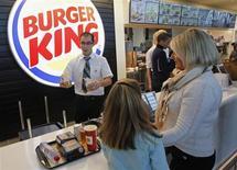 Burger King pourrait réagir à l'ouverture de Wall Street. Le groupe a annoncé une hausse de 30% de son bénéfice net, à 62,9 millions de dollars et une progression inattendue de ses ventes à restaurants constants. /Photo bREUTERS/Jean-Paul Pelissier