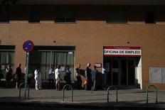 Pessoas fazem fila em frente a uma agência de empregos do governo em Madri. O número de pessoas desempregadas na zona do euro caiu pela primeira vez em mais de dois anos em junho, no mais recente sinal de que a economia do bloco pode estar saindo da recessão, enquanto a inflação permaneceu inalterada em julho. 25/07/2013. REUTERS/Juan Medina