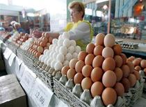 Прилавок с яйцами на рынке в Челябинске 20 августа 2005 года. Инфляция в России с 23 по 29 июля 2013 года составила 0,1 процента по сравнению с 0,2 процента на предыдущей неделе, сообщил Росстат в среду. REUTERS/Sergei Karpukhin