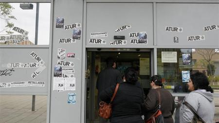 People line up at an employment office in Badalona, near Barcelona, April 25, 2013. REUTERS/Albert Gea