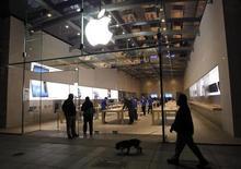 Loja da Apple em Palo Alto, Califórnia. Dois ex-funcionários da Apple acusaram a fabricante do iPhone de submeter os trabalhadores de suas lojas a revistas diárias enquanto eles estavam fora do horário de expediente, e argumentam em uma ação judicial que devem ser compensados. 2/11/2012. REUTERS/Robert Galbraith