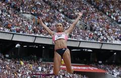 Britânica Jessica Ennis-Hill durante competição de salto a distância em Londres. Jessica, atual campeã olímpica do heptatlo, descartou participar do Mundial de Atletismo do mês que vem na Rússia, por ainda não estar completamente recuperada de uma lesão no tendão de Aquiles. 27/07/2013. REUTERS/Suzanne Plunkett