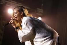 Cantora Rihanna durante apresentação em festival de música internacional em Rabat, no Marrocos. Rihanna venceu nesta quarta-feira um processo judicial contra a rede britânica de varejo Topshop pela venda de camisetas que usavam a imagem dela sem autorização. 24/05/2013. REUTERS/Youssef Boudlal