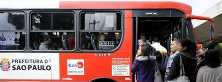 People attempt to board a crowded bus in Sao Paulo May 23, 2012. REUTERS/Junior Lago