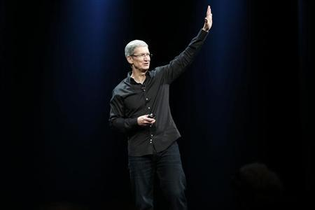 Apple Inc. CEO Tim Cook waves to the crowd during the Apple Worldwide Developers Conference (WWDC) 2013 in San Francisco, California June 10, 2013 file photo. REUTERS/Stephen Lam