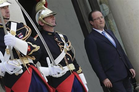 French President Francois Hollande waits for guests at the Elysee palace in Paris, July 17, 2013. REUTERS/Philippe Wojazer