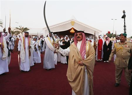 Bahrain's King Hamad bin Isa al-Khalifa performs the Ardah, a national folk dance, during a ceremony organised by residents of Southern Governorate to show their support and loyalty, in Riffa, south of Manama, Bahrain, April 10, 2013. REUTERS/Hamad I Mohammed