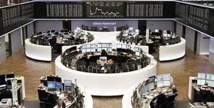 Помещение Франкфуртской фондовой биржи 22 июля 2013 года. Европейские фондовые рынки растут за счет циклических акций, в частности горнорудных компаний и банков, благодаря хорошим производственным показателям Китая, сильной квартальной отчетности ряда компаний и заявлению ФРС. REUTERS/Remote/Stringer