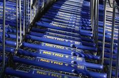 Metro a vu ses ventes reculer de 3,6% au deuxième trimestre 2013, le distributeur allemand ayant pâti d'une conjoncture difficile en Europe et d'un mouvement de grève dans ses supermarchés Real. /Photo d'archives/REUTERS/Ina Fassbender