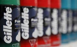 Флаконы пены для бритья Gillette в магазине Wal-Mart в Чикаго 24 января 2012 года. Квартальная базовая прибыль Procter & Gamble Co ослабла в меньшей степени, чем ожидалось, что указывает на постепенное укрепление бизнеса крупнейшего в мире производителя гигиенических и хозяйственных товаров после возвращения в компанию исполнительного директора Эй Джи Лэфли. REUTERS/John Gress
