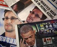 Фотографии Эдварда Сноудена и президента США Барака Обамы в гонконгских газетах 11 июня 2013 года. Сноуден покинул аэропорт Шереметьево, где провел более месяца в транзитной зоне, получив временное убежище в России. REUTERS/Bobby Yip
