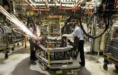 Operários da Ford trabalham em linha de montagem dos modelos Fiesta e Ecosport na planta de Camaçari, na Bahia. A produção industrial brasileira cresceu 1,9 por cento em junho frente a maio, acima do esperado e com destaque para bens de capital, anulando a queda revisada de 1,8 por cento vista no mês anterior. 14/11/2007. REUTERS/Paulo Whitaker
