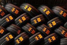 L'équipementier automobile Continental, premier fabricant allemand de pneumatiques, a revu en légère baisse sa prévision de chiffre d'affaires annuel, évoquant une demande plus faible que prévu en Europe pour les pneus de rechange. /Photo d'archives/REUTERS/Benoît Tessier