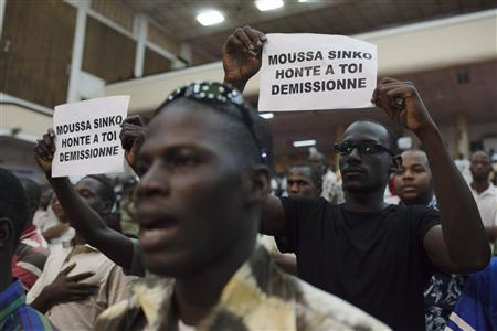 Supporters of presidential candidate Soumaila Cisse sing their political party anthem at a meeting in Bamako, July 31, 2013. REUTERS/Joe Penney