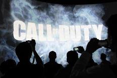 """Démonstration de la frnachise """"Call of Duty"""" d'Activision lors du salon Electronic Entertainment Expo, à Los Angeles. Activision Blizzard a publié un chiffre d'affaires de 608 millions de dollars (460 millions d'euros) au titre du deuxième trimestre, en baisse de 42% mais supérieur au consensus de Wall Street qui était de 604,8 millions de dollars. /Photo prise le 11 juin 2013/REUTERS/David McNee"""