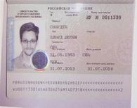 Свидетельство о предоставлении убежища, выданное экс-сотруднику разведки США Эдварду Сноудену Россией, на пресс-конференции в Москве 1 августа 2013 года. Решение Москвы выдать, вопреки протестам Вашингтона, временное убежище американскому беглецу Эдварду Сноудену ставит под сомнение запланированную на сентябрь встречу Барака Обамы и Владимира Путина, сообщил Белый дом. REUTERS/Maxim Shemetov
