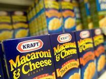 Продукция Kraft на полке магазина в Оактоне, Виргиния 18 сентября 2008 года. Kraft Foods Group Inc нарастила прибыль и повысила годовой прогноз, однако получила меньшую, чем надеялся Уолл-стрит, выручку во втором квартале из-за снижения цен и ранней Пасхи в 2013 году. REUTERS/Larry Downing
