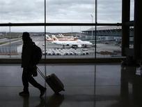 International Airlines Group (IAG) annonce être repassé dans le vert au deuxième trimestre, à la faveur surtout de signes de reprise d'Iberia. La holding a ainsi dégagé sur les trois mois à fin juin un résultat opérationnel de 245 millions d'euros, contre une perte de quatre millions il y a un an. /Photo prise le 4 mars 2013/REUTERS/Juan Medina