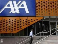 Axa a publié un bénéfice meilleur qu'attendu au premier semestre malgré un repli lié à l'impact négatif des instruments de couverture de taux d'intérêt et de change. Son bénéfice net ressort du coup à 2,46 milliards d'euros pour les six premiers mois de l'année contre 2,54 milliards un an plus tôt. /Photo d'archives/REUTERS/Mick Tsikas