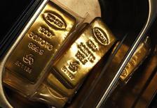 Слитки золота на заводе Адамас в Москве 28 июня 2013 года. Цены на золото снизились до двухнедельного минимума и могут показать худший недельный результат за месяц, поскольку сильная экономическая статистика США вызвала опасения, что ФРС вскоре начнет сокращать стимулы. REUTERS/Sergei Karpukhin