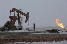 Станок-качалка в Северной Дакоте, США 11 марта 2013 года. Цены на нефть Brent превысили $110 за баррель впервые с начала апреля на фоне повышения прогнозов мирового спроса на нефть и проблем в поставках из Африки и Ирака. REUTERS/Shannon Stapleton