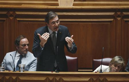 Portugal's Prime Minister Pedro Passos Coelho (C) speaks near Deputy Prime Minister Paulo Portas (L) and Finance Minister Maria Luis Albuquerque during the debate to vote on a motion of confidence in Lisbon July 30, 2013. REUTERS/Rafael Marchante