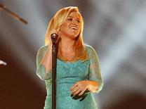 "Kelly Clarkson performs ""Don't Rush"" during the 48th ACM Awards in Las Vegas April 7, 2013. REUTERS/Mario Anzuoni"