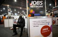 Lors d'un salon de l'emploi à Philadelphie. L'économie américaine a créé moins d'emplois qu'attendu en juillet (162.000 postes non agricoles contre 184.000 attendus) et le taux de chômage a lui diminué à 7,4%, son plus bas niveau depuis décembre 2008, selon des statistiques officielles du département du Travail qui atténuent les craintes d'un ralentissement rapide du rythme des rachats d'actifs par la Fed. /Photo prise le 25 juillet 2013/REUTERS/Mark Makela
