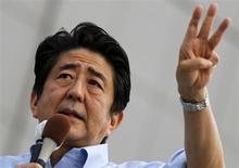 Primeiro-ministro do Japão, Shinzo Abe, durante campanha eleitoral para as eleições parlamentares, em Funabashi, a leste de Tóquio. O crescimento econômico do Japão irá desacelerar para 1 por cento no ano fiscal de 2014/2015, menos da metade do ritmo esperado para o exercício atual, à medida que um aumento planejado de imposto sobre vendas pesa temporariamente sobre o consumo, mostraram estimativas do governo. Abe tem que decidir ainda neste ano se avançará com o plano de aumentar o imposto sobre vendas de 5 por cento para 8 por cento a partir de abril de 2014, e depois para 10 por cento em outubro de 2015. 19/06/2013. REUTERS/Toru Hanai