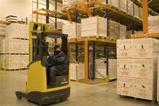 Les commandes nouvelles reçues par les groupes industriels américains ont augmenté en juin pour le troisième mois consécutif (+1,5%) selon le département du Commerce, un nouveau signe en faveur d'une reprise du secteur industriel après son récent ralentissement. /Photo d'archives/REUTERS/Charles Platiau