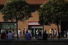 Devant une agence pour l'emploi à Madrid. Selon le FMI, des mesures pour l'emploi et pour la croissance doivent être rapidement prises en Espagne, en dépit des progrès accomplis par Madrid dans la réforme et la correction de ses déséquilibres budgétaires et économiques, qui soutiennent la stabilisation de l'économie. /Photo prise le 2 août 2013/REUTERS/Susana Vera