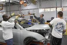 Funcionários instalam autopeças no novo Chevrolet Cruze em linha de montagem da GM em Lordstown, EUA. Os empregadores dos Estados Unidos desaceleraram o ritmo de contratações em julho, mas a taxa de desemprego caiu mesmo assim, indicações mistas que podem tornar o Federal Reserve, banco central do país, mais cauteloso quanto a reduzir seu forte programa de estímulo econômico. 22/06/2011 REUTERS/Aaron Josefczyk