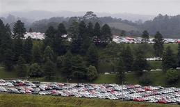 Novos carros estacionados em fábrica da Volkswagen em São Bernardo do Campo. As vendas de veículos novos no Brasil cresceram 7,4 por cento em julho sobre junho, mas na média diária de emplacamentos houve recuo de 6,5 por cento, segundo dados divulgados nesta sexta-feira pela associação de concessionárias, Fenabrave. 2/03/2011 REUTERS/Paulo Whitaker