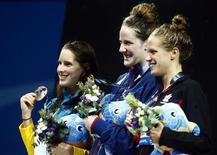 A medalhista de ouro Missy Franklin, dos EUA, posa entre a medalhista de prata Belinda Hocking, da Austrália, e a medalhista de bronze Hilary Caldwell, do Canadá, em Barcelona. 3/08/2013 REUTERS/Michael Dalder