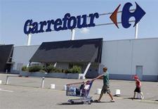 Le titre Carrefour figure au rang des valeurs à suivre ce lundi à la Bourse de Paris, alors que le fonds d'investissement américain Colony Capital et Groupe Arnault ont annoncé vendredi la scission de Blue Capital, le véhicule qui rassemble une partie de leur participation au capital du géant de la distribution. /Photo prise le 8 juillet 2013/REUTERS/Régis Duvignau