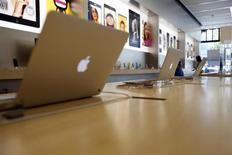 Le titre Apple pourrait réagir à l'ouverture de Wall Street. La firme à la pomme, en conflit avec le gouvernement américain sur les prix de ses e-books, a en revanche reçu son soutien dans la guerre des brevets qui l'oppose à Samsung Electronics. /Photo prise le 22 juillet 2013/REUTERS/Mario Anzuoni